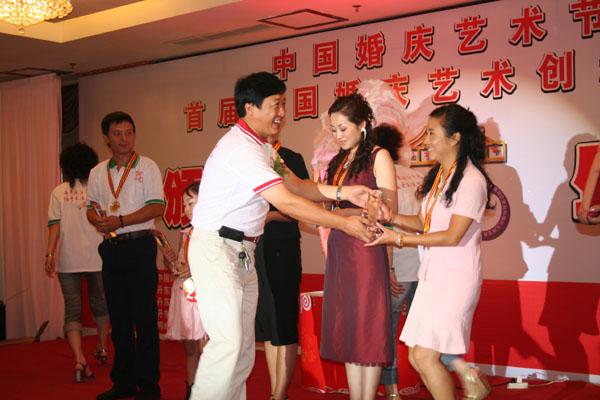 在首届秦皇岛婚礼大赛中,我作为评委看到自己的学生超水平的发挥,确实